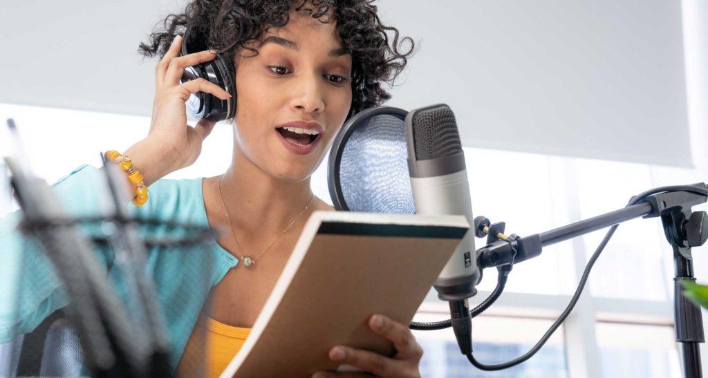 Frau liest Podcast-vor Mikrofon