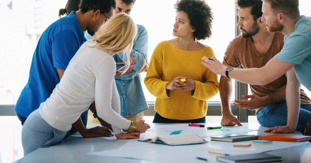 Gruppe junger Lehrer in Diskussion