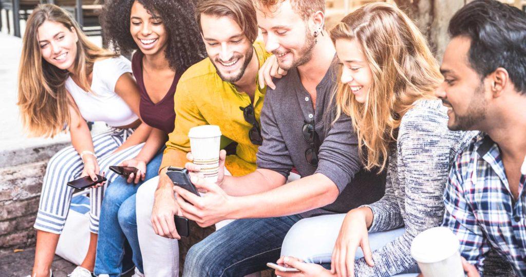 jungen Menschen am Handy lachen